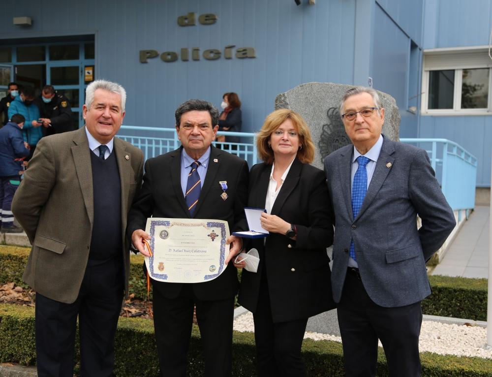 El catedrático cordobés Rafael Ruiz Calatrava es distinguido por la Policía Nacional con la Cruz al Mérito Distinguido Arcángel Azul